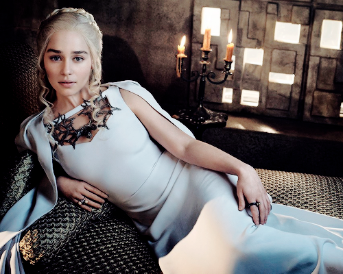 Daenerys Targaryen پیپر وال probably with bare legs, a کاک, کاکٹیل dress, and a chemise called Daenerys Targaryen Season 5