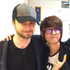 Daniel Radcliffe with a प्रशंसक at The Venetian Macau China (Fb.com/DanieljacobRadcliffefanClub)