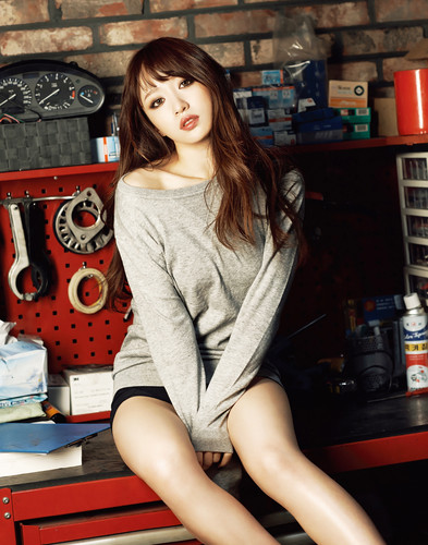 EXID (이엑스아이디) 바탕화면 possibly with a turntable, an outerwear, and a box 코트 called EXID Hani for GEEK Magazine March 2015