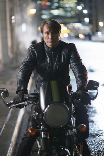 한니발 TV 시리즈 바탕화면 containing a 모터 사이클, 오토바이 운전자 called Hannibal - Episode 3.01 - 이탈리아 식, 전채 요리, 곁들여진