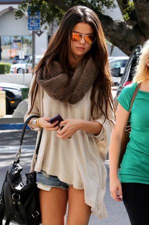 Selena Gomez (please fan) ツ