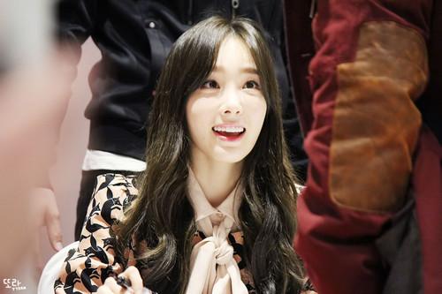 তাইয়েওন (এসএনএসডি) দেওয়ালপত্র titled Taeyeon Lotte অনুরাগী signing event
