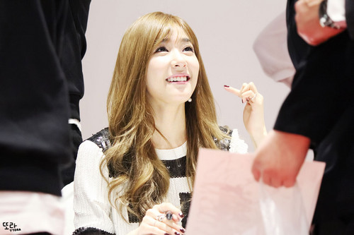 Tiffany Hwang fondo de pantalla possibly containing a portrait called Tiffany Lotte fan signing event
