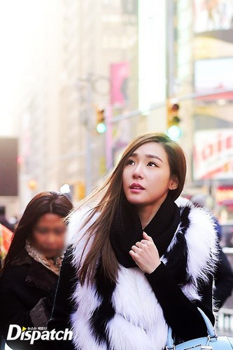 Tiffany Hwang fondo de pantalla containing a pelaje, piel capa titled Tiffany strolling in New York
