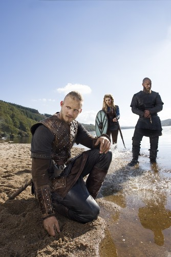 vikingos (serie de televisión) wallpaper containing a atirador and a green boina titled Vikings Bjorn, Ragnar Lothbrok and Lagertha Season 3 Official Picture