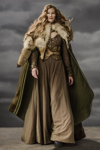 Vikings (TV Series) karatasi la kupamba ukuta containing a fur, manyoya kanzu, koti entitled Vikings Aslaug Season 3 Official Picture