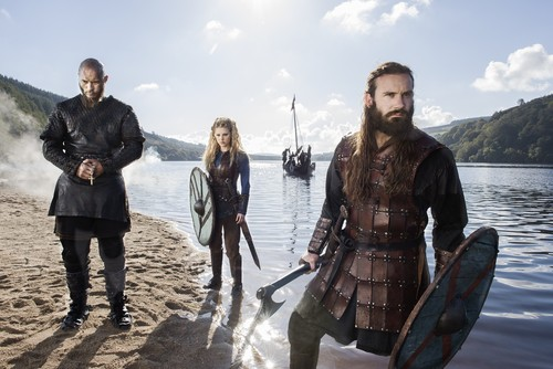 Vikings (TV Series) karatasi la kupamba ukuta titled Vikings Ragnar Lothbrok, Lagertha and Rollo Season 3 Official Picture