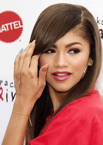 Zendaya Coleman wallpaper possibly containing a portrait entitled Zendaya Coleman