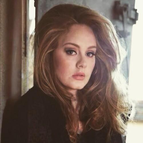Adele Hintergrund with a portrait titled unknown Foto