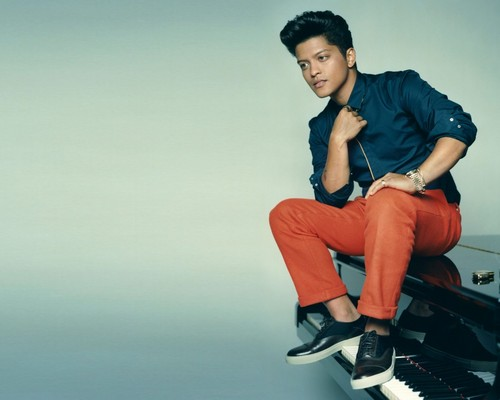 Bruno Mars fond d'écran possibly containing a well dressed person, a hip boot, and a legging titled Bruno Mars
