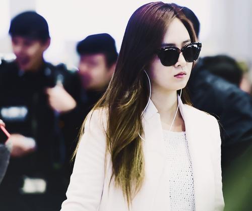 Kpop karatasi la kupamba ukuta containing sunglasses called Kwon Yuri