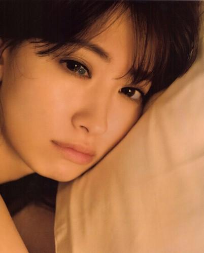 Харуна Кодзима Обои probably with a portrait entitled 「小嶋陽菜」「どうする?」