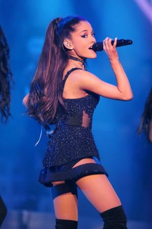 Ariana performing at her Honeymoon Tour *-*