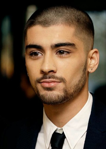 Zayn Malik karatasi la kupamba ukuta containing a business suit called Asian Awards - Arrivals
