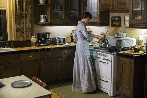 "Bates Motel karatasi la kupamba ukuta with a kitchenette, a kitchen, and a stove titled Bates Motel ""Norma Louise"" (3x06) promotional picture"