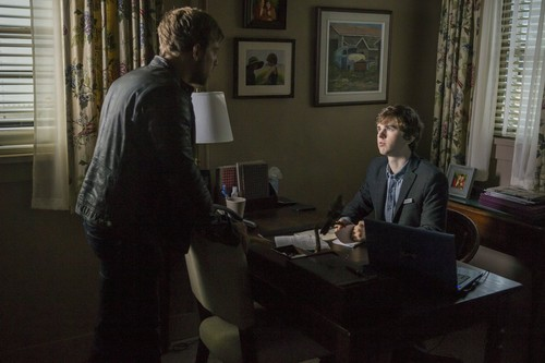 "Bates Motel karatasi la kupamba ukuta possibly with a business suit, a living room, and a family room entitled Bates Motel ""The Deal"" (3x05) promotional picture"