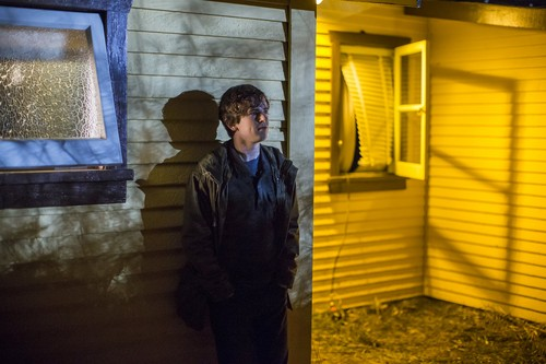 "Bates Motel karatasi la kupamba ukuta containing a mitaani, mtaa titled Bates Motel ""The Deal"" (3x05) promotional picture"