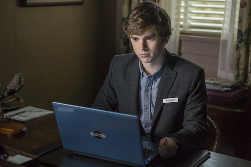 "Bates Motel fondo de pantalla with a laptop titled Bates Motel ""The Deal"" (3x05) promotional picture"