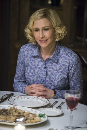 "Bates Motel karatasi la kupamba ukuta containing a chajio, chakula cha jioni table, a dinner, and a brasserie titled Bates Motel ""The Last Supper"" (3x07) promotional picture"