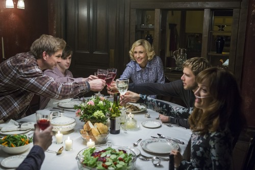 "Bates Motel karatasi la kupamba ukuta containing a chajio, chakula cha jioni table, a holiday dinner, and a chajio, chakula cha jioni called Bates Motel ""The Last Supper"" (3x07) promotional picture"