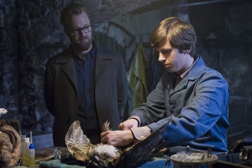 "Bates Motel karatasi la kupamba ukuta possibly containing a barbecue called Bates Motel ""The Last Supper"" (3x07) promotional picture"