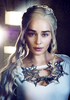 Daenerys Targaryen wallpaper probably containing a portrait called Daenerys Targaryen Season 5