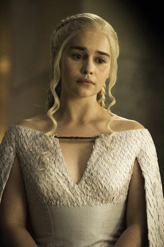 丹妮莉丝·坦格利安 壁纸 probably containing a 鸡尾酒 dress called Daenerys Targaryen Season 5