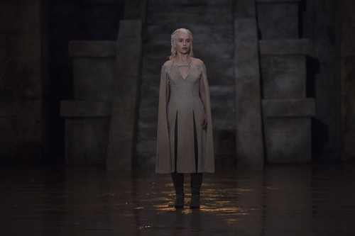 Daenerys Targaryen wallpaper possibly with a business suit titled Daenerys Targaryen Season 5