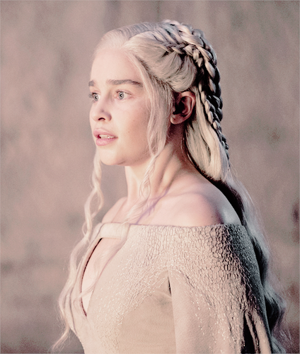 Daenerys Targaryen wallpaper possibly containing a portrait entitled Daenerys