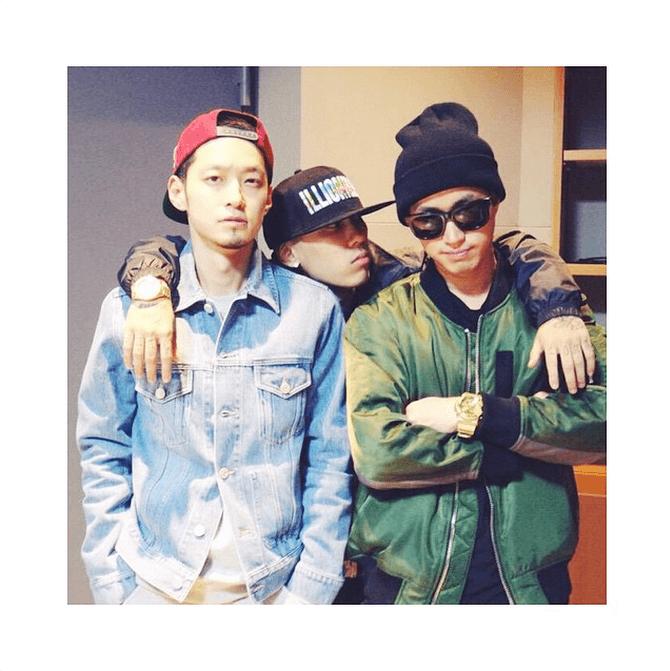 Epik High's Tablo takes a foto with fellow 'Show Me The Money' producers