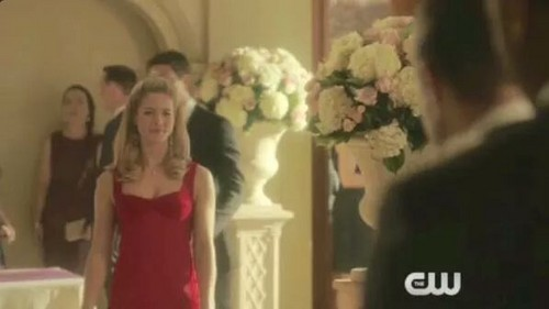 Felicity Smoak kertas dinding possibly containing a koktel dress, a dress, and a chemise titled Felicity Smoak
