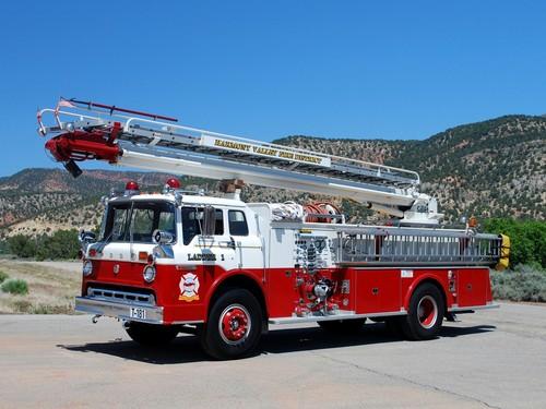 Nocturnal Mirage fond d'écran with a ladder truck and a feu engine titled Firetruck
