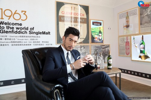 Godfrey Gao achtergrond containing a business suit, a suit, and a well dressed person titled Glenfiddich BAR
