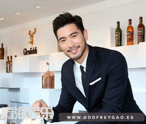 Godfrey Gao achtergrond with a business suit called Glenfiddich BAR