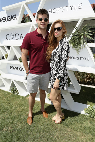 Holland Roden দেওয়ালপত্র with a sign titled Holland attends POPSUGAR and CFDA ব্রাঞ্চ