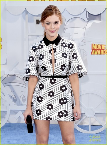Holland Roden wallpaper possibly containing a well dressed person, a bathrobe, and an outerwear titled Holland on the blue carpet at the 2015 mtv Movie Awards