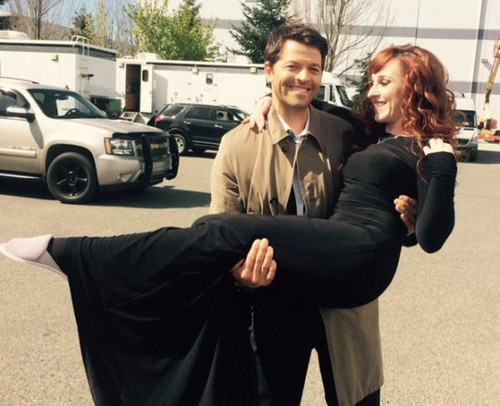 スーパーナチュラル 壁紙 containing a business suit and a well dressed person titled Misha Collins and Ruth Connell