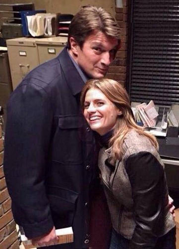 Nathan Fillion & Stana Katic karatasi la kupamba ukuta probably containing a business suit entitled Nathan Fillion and Stana Katic