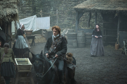 Outlander 2014 TV Series karatasi la kupamba ukuta containing a horse trail and a horse wrangler entitled Outlander - Episode 1.10 - kwa the Pricking of My Thumbs