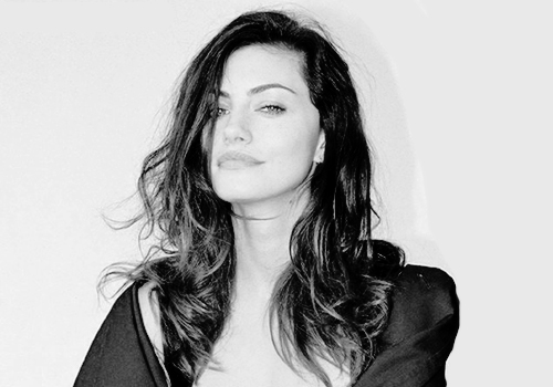 Phoebe Tonkin Обои probably containing an overgarment, a well dressed person, and an outerwear titled Phoebe Tonkin