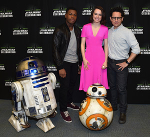 R2D2 BB-8 John Boyega margarida Ridley and JJ Abrams at The estrela Wars Celebration