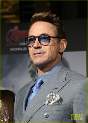 Robert Downey Jr. স্যুইটস্‌ Up For 'Avengers: Age of Ultron' Premiere