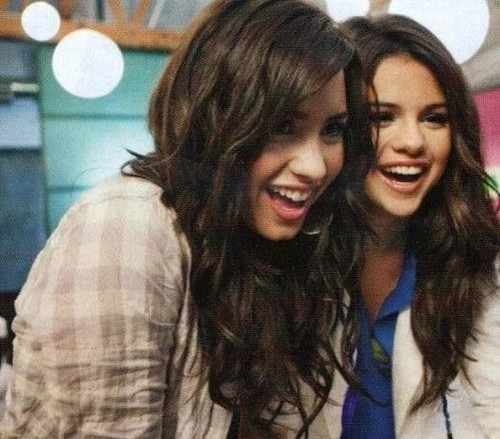 Selena Gomez na Demi Lovato karatasi la kupamba ukuta containing a portrait called Selena Gomez and Demi Lovato