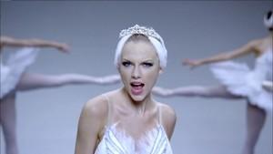 Shake it off video