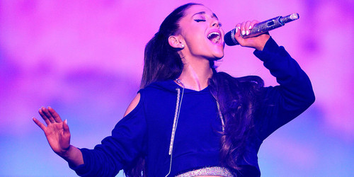 Ariana Grande wallpaper probably with a concert called Singing Ariana *_*