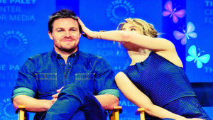 Stephen Amell and Emily Bett Rickards দেওয়ালপত্র