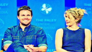 Stephen Amell and Emily Bett Rickards hình nền