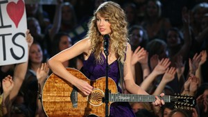 Tay playing gitarre