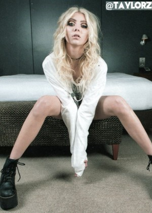 taylor momsen fondo de pantalla containing bare legs, a hip boot, and a well dressed person entitled Taylor Momsen