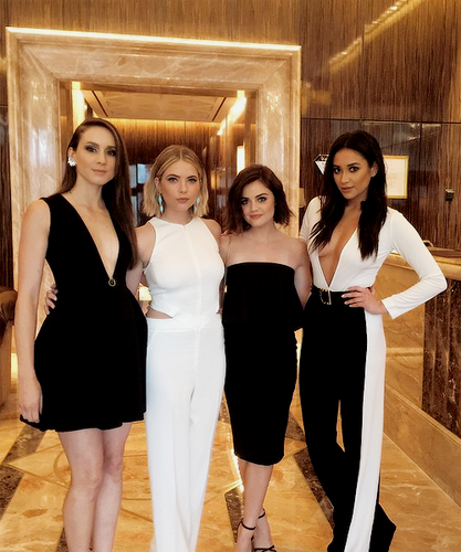 Pretty Little Liars TV دکھائیں پیپر وال with a well dressed person called Troian Bellisario, Ashley Benson, Lucy Hale and Shay Mitchell at the ABC Family Upfront